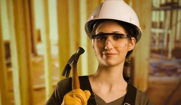 ¿Eres la que más carga familiar tienes? ¿Quieres saber si eres apta de recibir algún beneficio? No te preocupes, en este sitio despejaremos tus dudas. En este artículo te contaremos cómo saber si soy beneficiaria del Bono Mujer Trabajadora y los requisitos que deberás cumplir para obtenerlo. Qué es el Bono Mujer Trabajadora El bono al trabajo Mujer o también llamado Bono Mujer trabajadora, es un beneficio que otorga el Servicio Nacional de Capacitación de empleo. Es regido por el Ministerio de Trabajo y Previsión Social a las mujeres que se encuentren activas laboralmente, ya sea de manera independiente o dependiente. Tiene como objetivo gratificar el esfuerzo de todas aquellas mujeres, en su mayoría cabecillas de hogares de escasos recursos, que día tras día contribuyen al crecimiento del país y del mismo modo, estimulan el proceso de contratación de femeninas para lograr aumentar así su inclusión en el área laboral. Dicho beneficio social premia la voluntad de las mujeres trabajadores pertenecientes a las familias más indefensas de chile. Este es un Bono que el estado de chile brinda por medio del Ministerio del Desarrollo Social. Es un beneficio que se entrega a las trabajadoras que se encuentren al día sus Cotizaciones de Salud y Previsionales. No es un bono que solo se les paga a las mujeres trabajadoras, sino que también a su empleador, de esta manera el gobierno chileno promueve la contratación de féminas. La trabajadora recibirá 2/3 del Bono durante cuatro años. El empleador recibirá 1/3 restante pero en el curso de dos años. Quiénes son las que pueden beneficiarse Las mujeres que trabajan de manera dependiente o independiente en edades de entre 25 a 29 años y que cumplan con todos los requisitos de postulación. Este Bono será parte de ingreso Ético Familiar y buscar retribuir la voluntad de las mujeres de familia indefensas que se unen al mercado laboral. Cómo saber si soy beneficiaria del Bono Mujer Trabajadora Para saber si podrás cotizar el bono de mujer